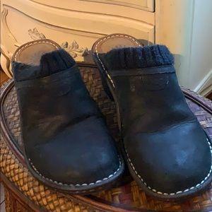 Black slippers uggs !